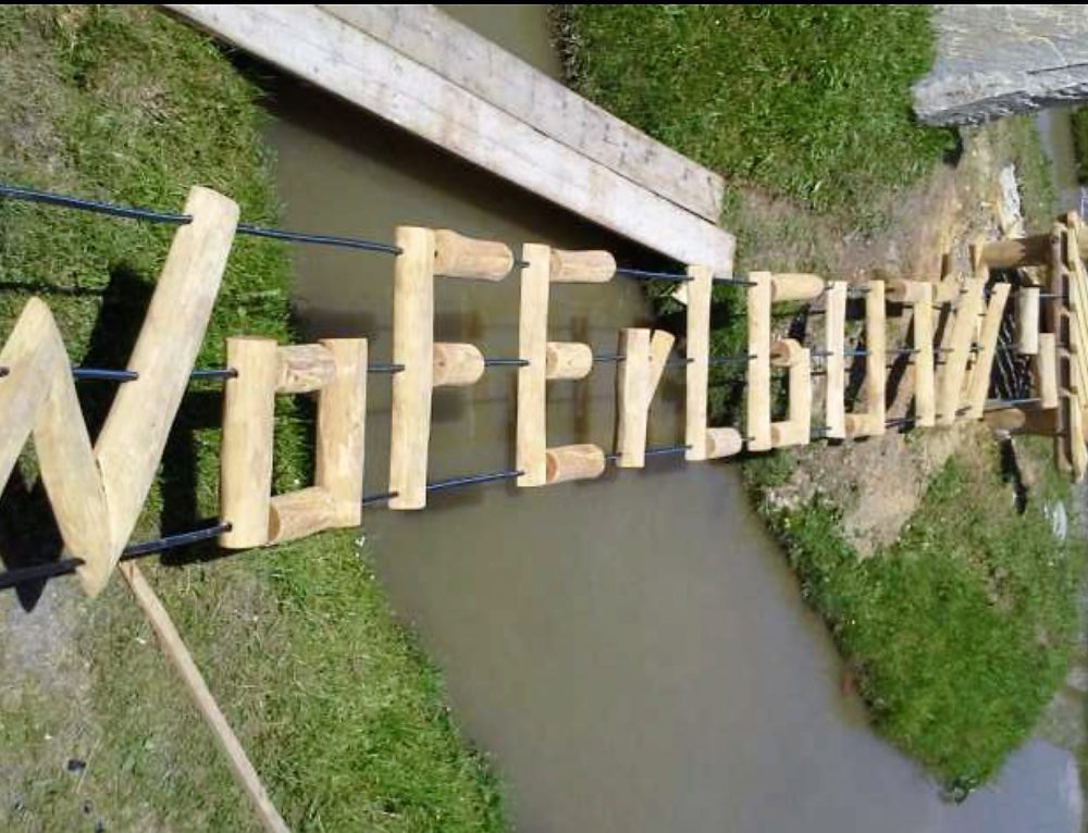 Hängebrücke mit Schriftzug